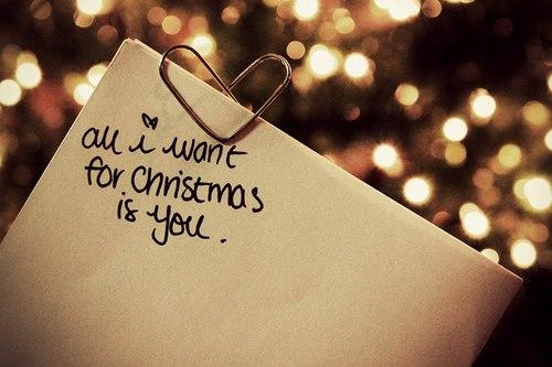 Auguri romantici sotto l'albero di Natale